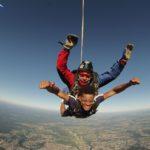 Jeune saut en parachute